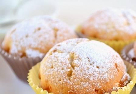 Кексы вынимаем из формочек, можно поставить форму в холодную воду и кексы будут хорошо выниматься. Полностью остужаем кексы и посыпаем их сахарной пудрой.