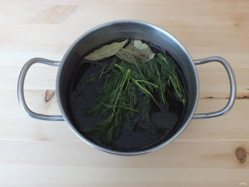 Приготовьте рассол. В 1 литре воды растворите 1 ст.л. соли, черный перец, добавьте лавровый лист и укроп. Закипятите и остудите до комнатной температуры.