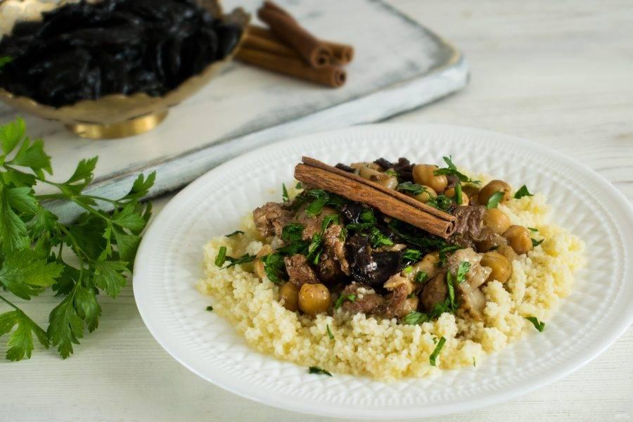 Выложите на тарелки кускус, мясо и посыпьте рубленой петрушкой. Приятного аппетита!