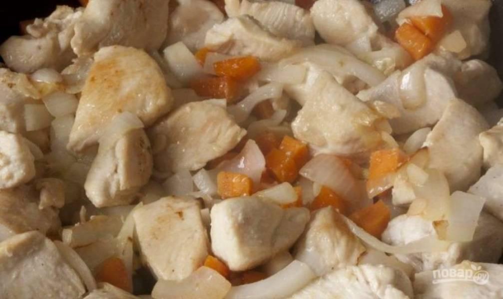 Почистите и мелко нашинкуйте лук. Потом добавьте его в сковороду.