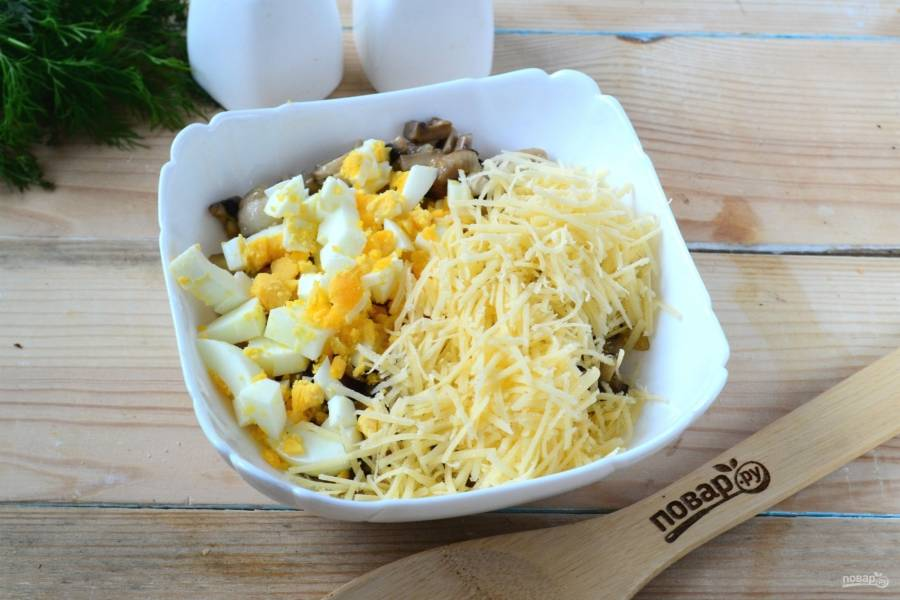 Смешайте обжаренные грибы с измельченным яйцом и тертым сыром. Хорошенько перемешайте начинку, посолите по вкусу.