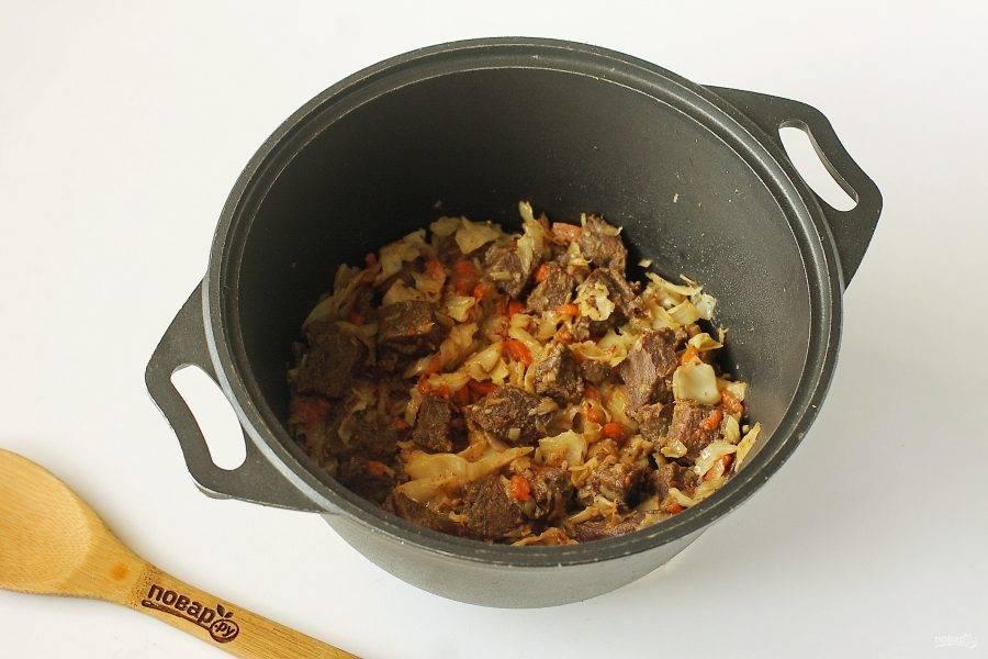 Тушите все вместе периодически помешивая до готовности всех ингредиентов. В процессе добавьте по вкусу соль и можно добавить примерно 0,5 стакана горячей воды, чтобы овощи с мясом не подгорели.