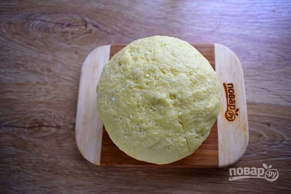 Добавьте муку и замесите очень мягкое тесто, не липнущее к рукам.