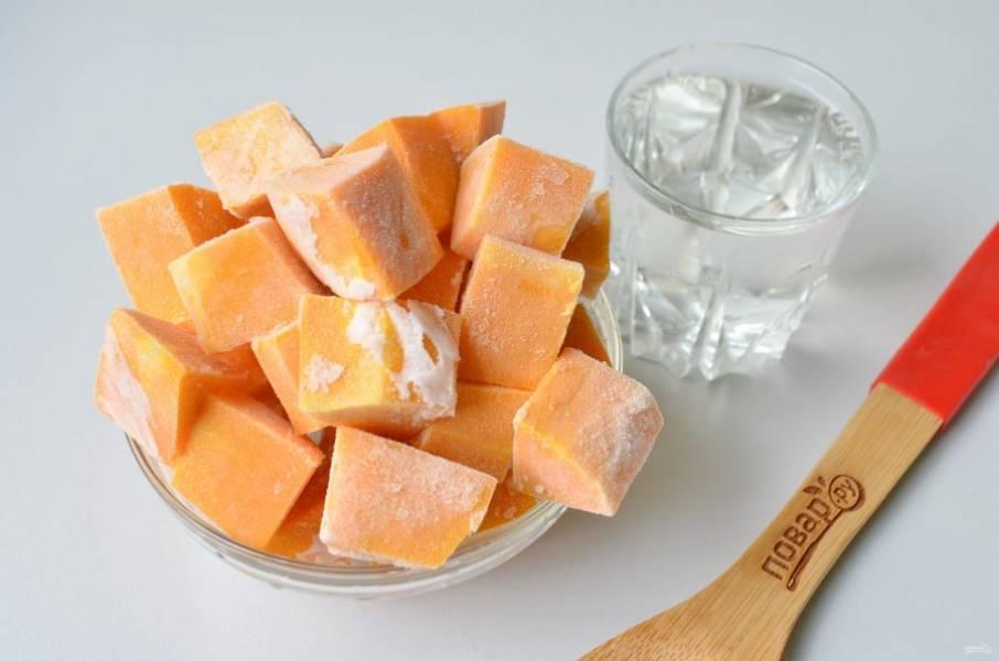 1. Подготовьте необходимые продукты: воду и тыкву. Размораживать тыкву не нужно.