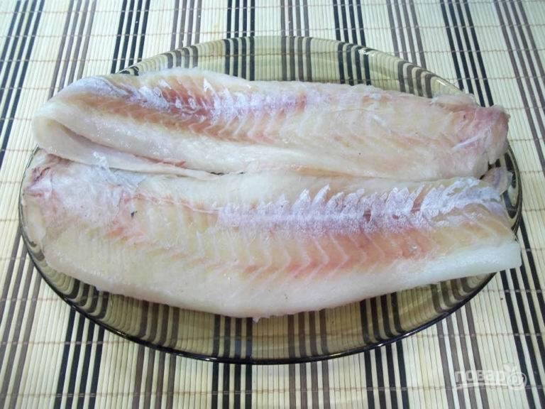 Если вы приобрели сразу филе минтая, то этот шаг пропускайте. Рыбу очистите от шкуры, удалите все кости и хребет, а также промойте.