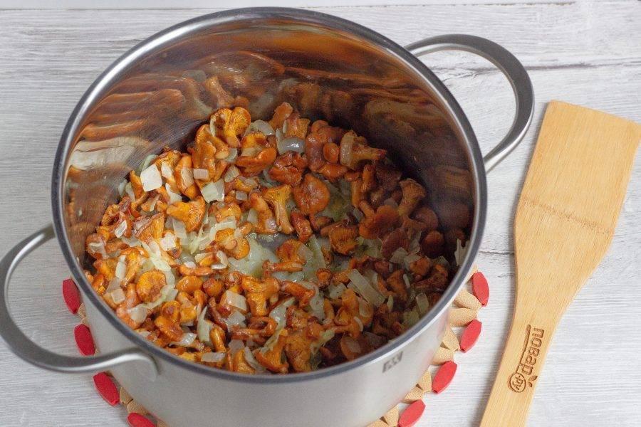 Поставьте на плиту кастрюлю с толстым дном, добавьте туда 2 вида масла и обжарьте в нем нарезанный лук до прозрачности (1,5 головки, половинку лука отложите). Затем добавьте грибы. Посолите по вкусу, добавьте орегано и тушите около 5 минут на среднем огне.