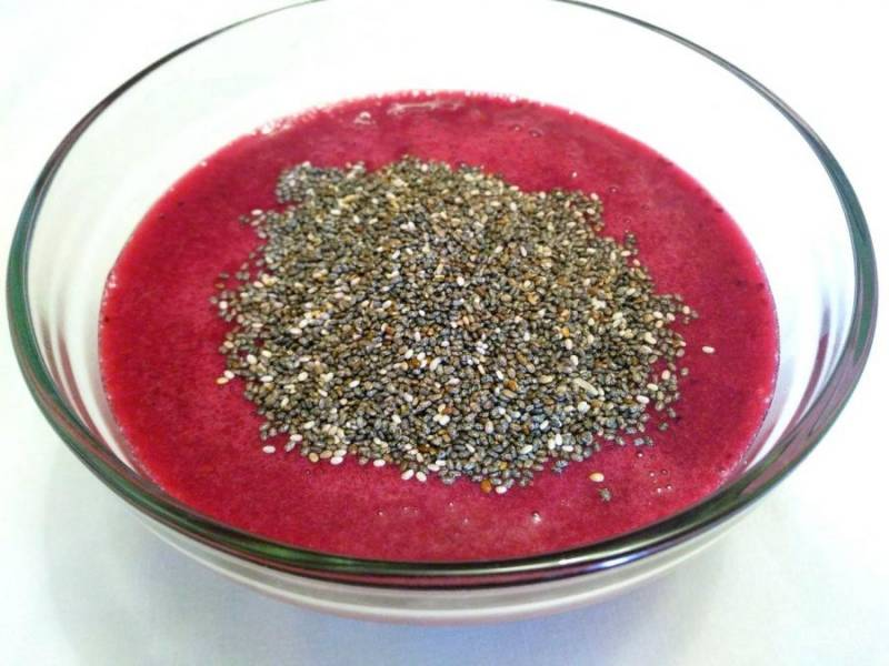 Добавьте в полученную ягодную массу (она должна быть слегка тёплой) семена чиа. При необходимости дайте смеси слегка остыть перед внесением семечек.