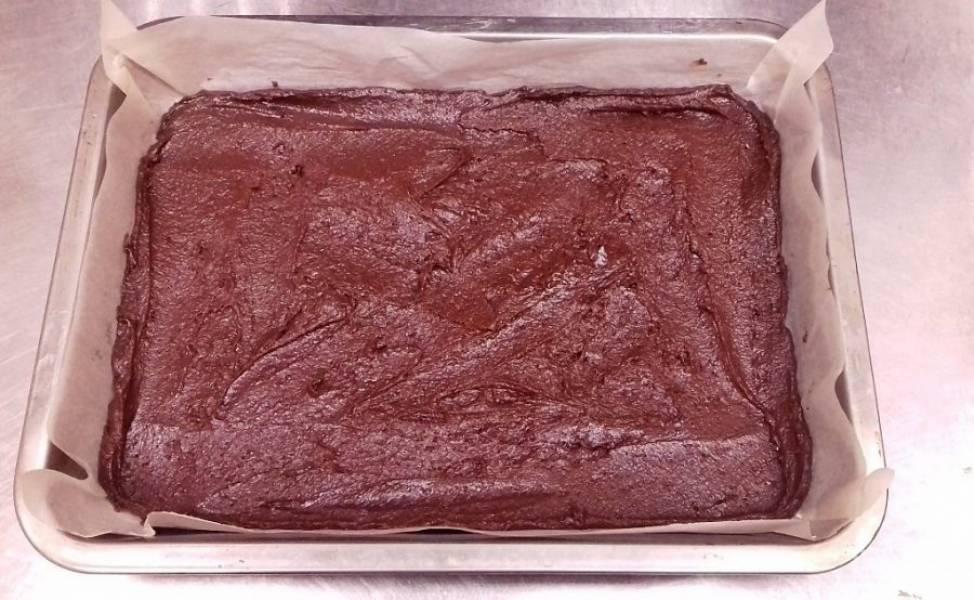 Выложите тесто в форму для выпечки, застеленную бумагой.