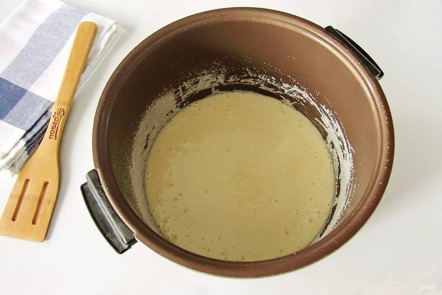 """Чашу мультиварки смажьте маслом. Дно и бока присыпьте мукой или манкой. Вылейте тесто, установите режим """"Выпечка"""" и готовьте до звукового сигнала."""