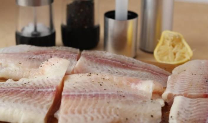 Рыбное филе разрежьте на крупные стейки, сбрызните лимонным соком и присыпьте специями.