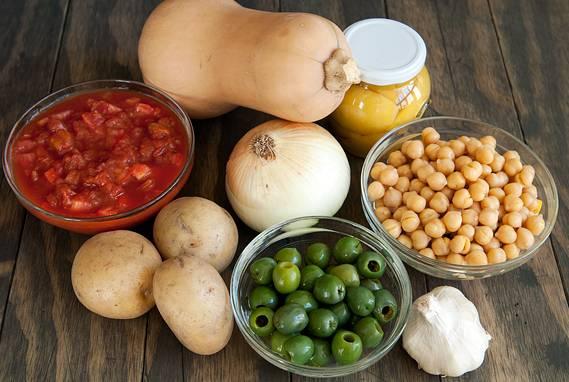 1. Вот такой довольно простой список основных ингредиентов, которые входят в рецепт приготовления рагу из тыквы с овощами.