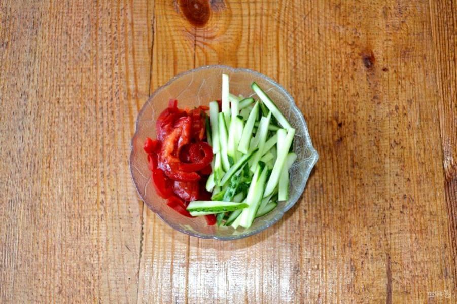 Огурец и сладкий перец нарежьте тонкими ломтиками.