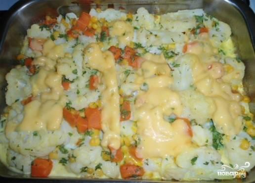 Запекать 30 минут при 180 градусах. За 3 минуты до окончания положить кусочки сыра.