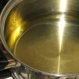 3. В кастрюлю или сотейник налить масло и дать ему хорошо разогреться. Затем аккуратно выложить в масло овощи и на медленном огне протушить, периодически помешивая, до мягкости.