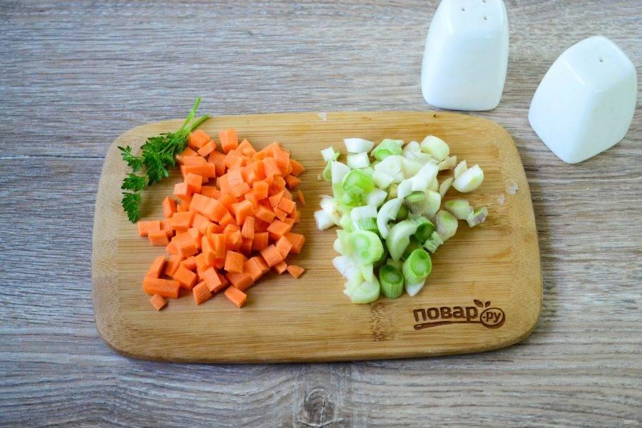 Лук и морковь мелко порежьте. Я использую молодой лук, с ним суп получается еще вкуснее. Чеснок мелко порежьте или пропустите через пресс.