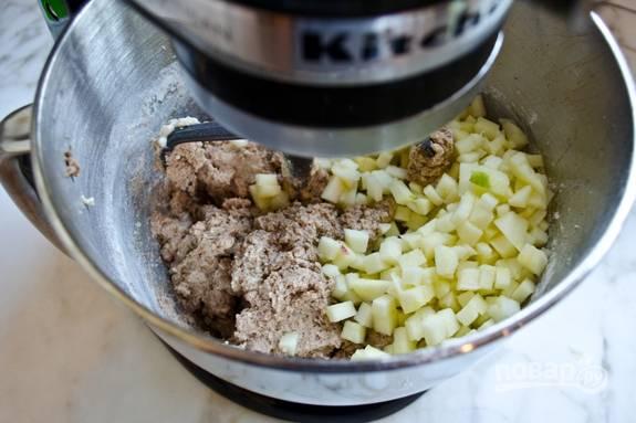 4. Потом нарежьте яблоко мелкими кубиками, сняв кожицу. Добавьте кусочки в тесто. Ещё раз всё перемешайте.