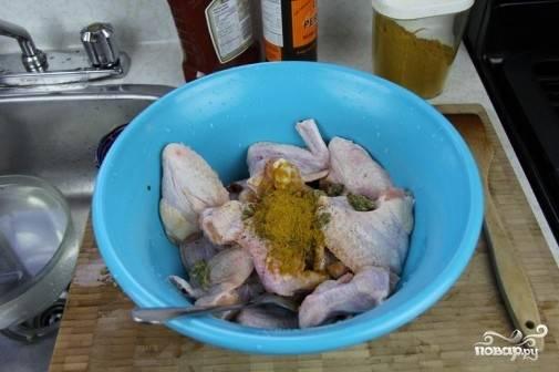1. Крылышки помоем, обсушим, посыпем перцем, карри и солью, добавим кетчуп и хорошенько перемешаем.