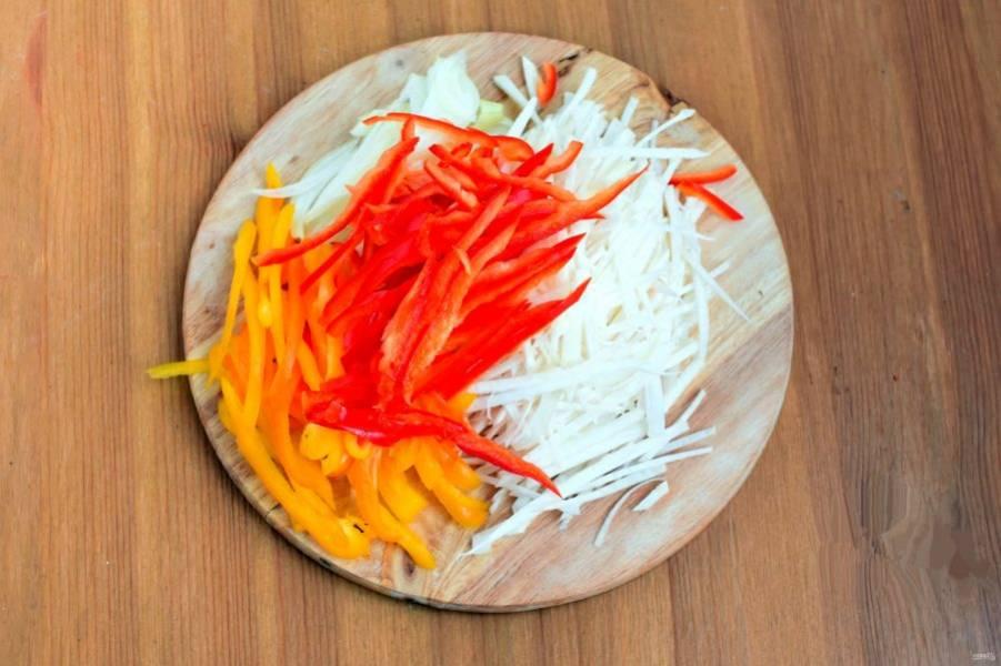 Овощи очистите и нашинкуйте тонкой соломкой. Или натрите на терке для корейских салатов. Чеснок порубите мелко, кориандр растолките.