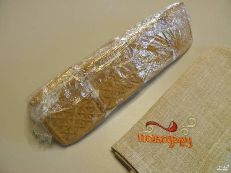 Осторожно, с помощью пищевой пленки соберите печенье, формируя домик. Плотно завяжите края. Поставьте тортик в холодильник на ночь. Утром снимите пленку и порежьте на кусочки. Этот тортик можно полить глазурью или украсить по желанию. Приятного!