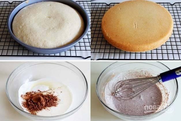 3. Выпекайте бисквит около 20 минут до готовности. Остудите минут 5 в форме, а после — на решетке. Пока остывает корж, можно заняться кремом. Взбейте сливки с сахаром и какао.
