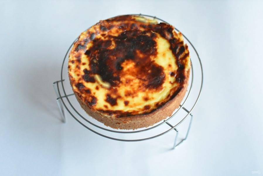 Выпекайте в прогретой до 180 градусов духовке около часа. Края пирога должны стать золотисто-коричневыми, крем покроется румяной корочкой, но серединка будет немного подрагивать. Готовый пирог остудите в приоткрытой духовке, затем полностью дайте остыть на решетке и уберите в холодильник не менее, чем на три-четыре часа.