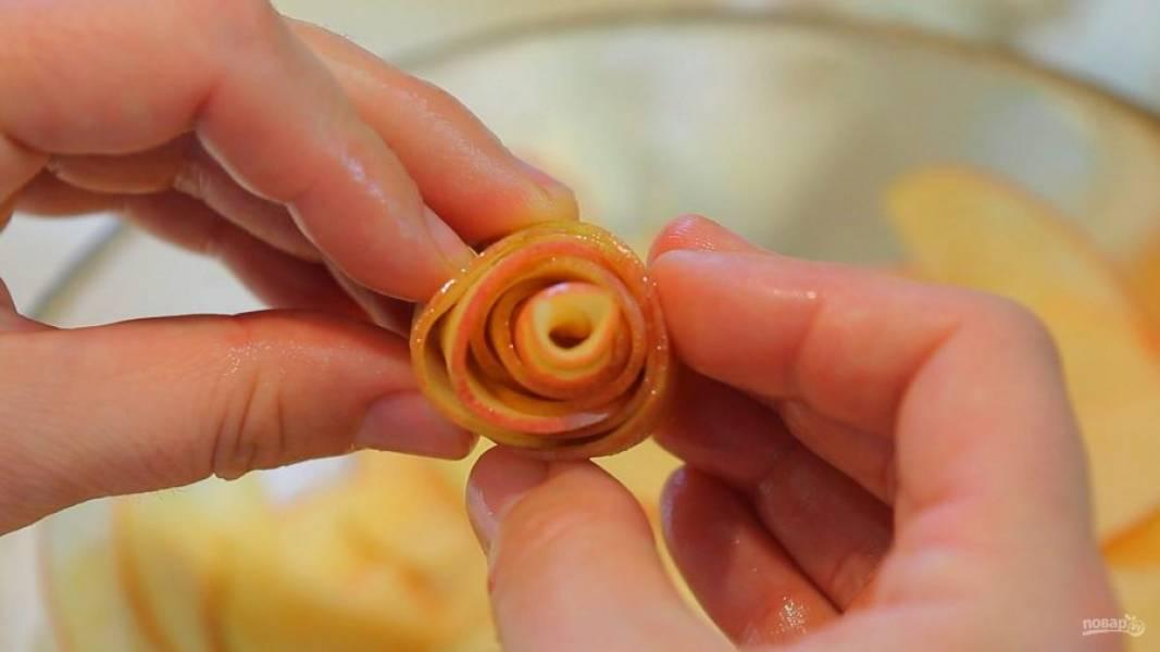 9. После этого крутите из яблок розочки, начиная с сердцевины. Скручивайте кусочки по 3-4 штуки на розу.