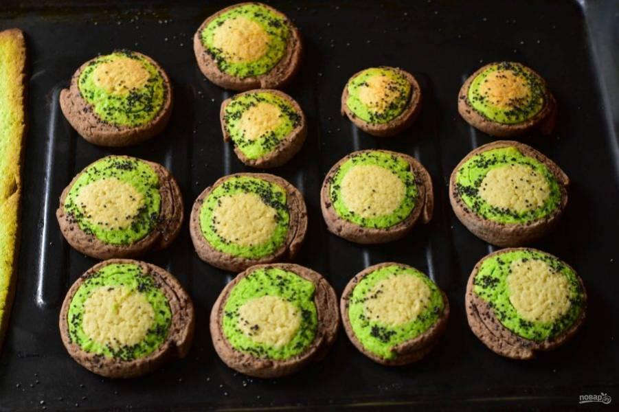 Отправьте печенье в разогретую до 190 градусов духовку на 10-15 минут.