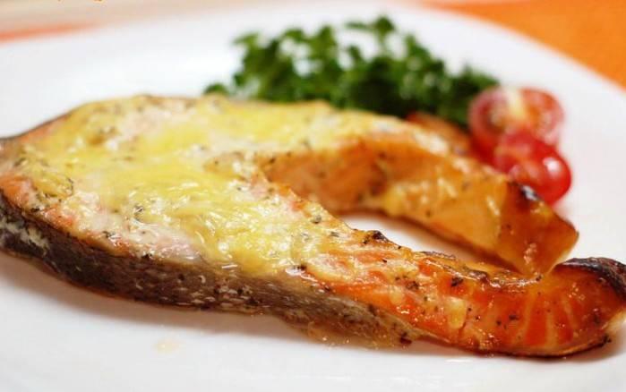 4. Сыр трем на мелкой терке, на готовые кусочки рыбы понемногу его выкладываем. Приятного аппетита!
