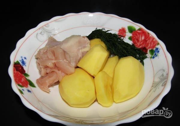 Картофель промойте и почистите. Укроп и филе тоже промойте.
