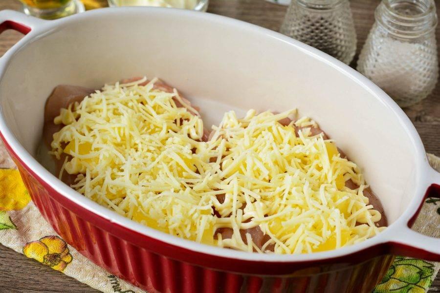 Присыпьте мясо тертым сыром.