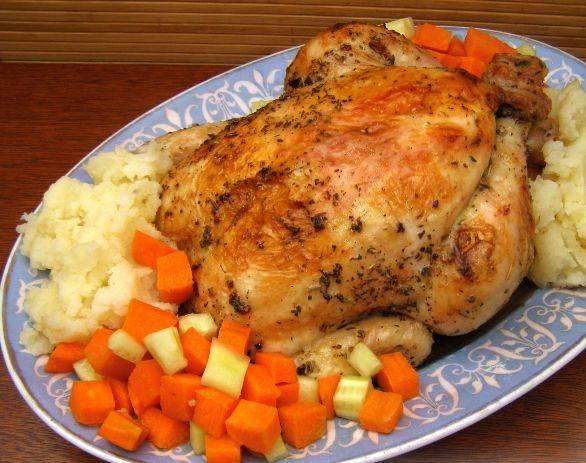 5. Пока запекался цыпленок в фольге в духовке в домашних условиях, было время сделать гарнир или просто нарезать свежие овощи.