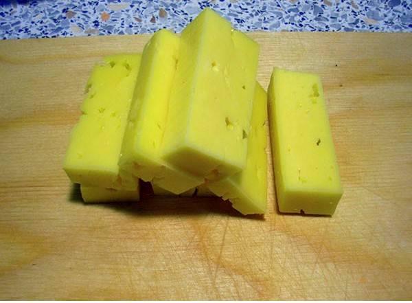 Сыр режем тонкими ломтиками. Фарш разделите на шесть частей.
