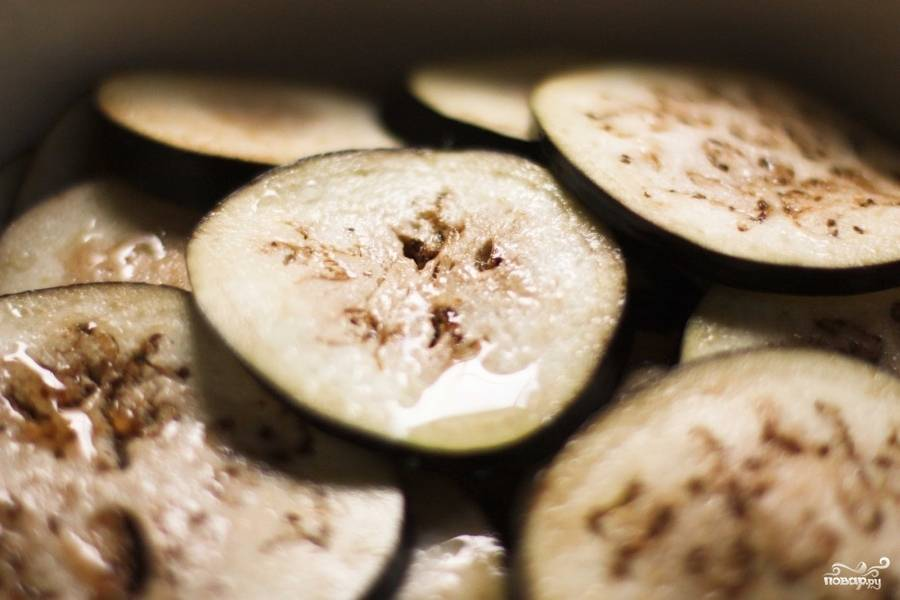 Помойте баклажаны и нарежьте кольцами. Выложите их в дуршлаг и засыпьте солью. (1 ч. ложка). Подержите в соли баклажаны около часа. Затем хорошенько их промойте, просушите, смажьте каждый кусочек оливковым маслом (3-4 ст. ложки), разложите на противень, покрытый пекарской бумагой и выпекайте в духовке при температуре 200 градусов 20-30 минут.