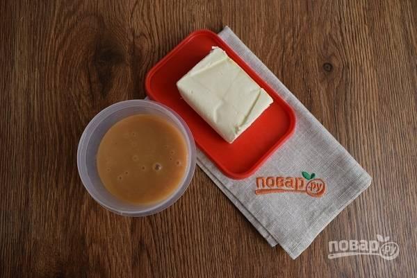 Для крема взбейте размягченное сливочное масло и домашнюю сгущенку в пышный крем.