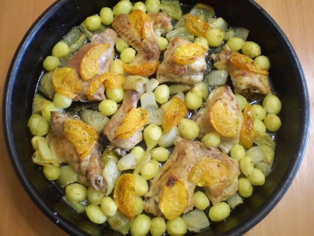 Курица, тушенная с овощами в духовке готова, угощайтесь!