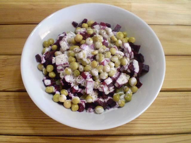 6. Заправляем майонезом, добавляем соль, перец черный молотый.