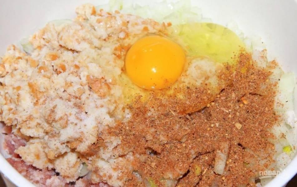 Добавьте к фаршу специи, соль и яйцо.