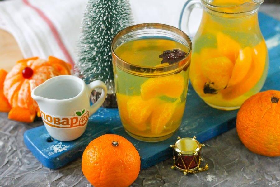 Разлейте пряный зимний мандариновый напиток в стаканы и в кувшин, подайте к столу теплым вместе с любой выпечкой.