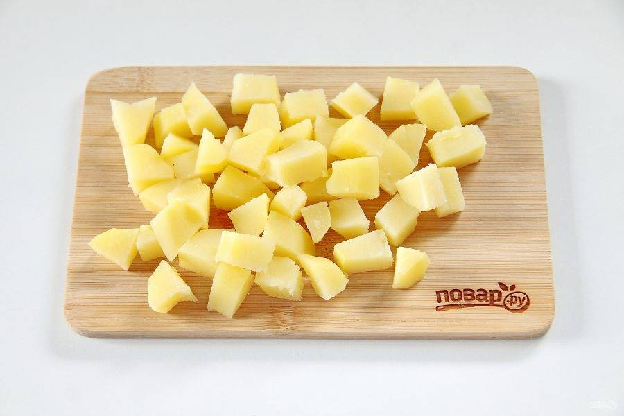 11. Целый вареный картофель нарежьте небольшими кубиками.