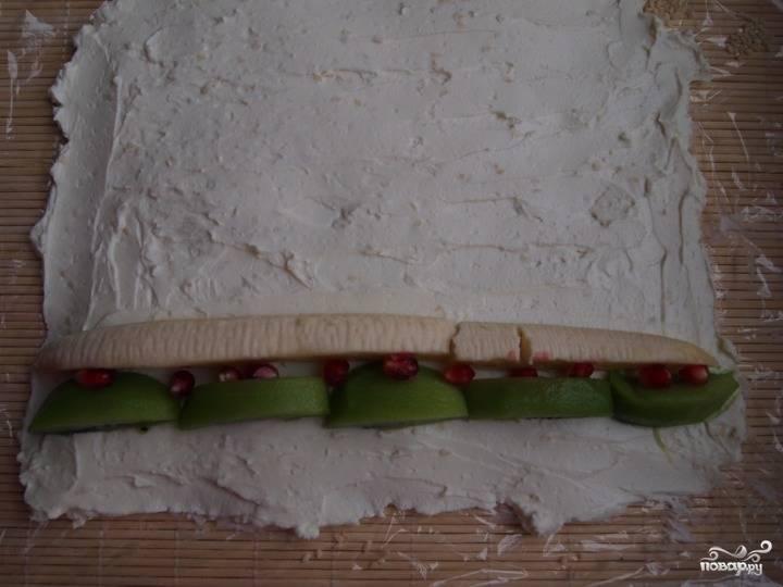 4.Моем и нарезаем фрукты. Выкладываем их на творог и заворачиваем ролл, после этого ставим его в холодильник на 30 минут.