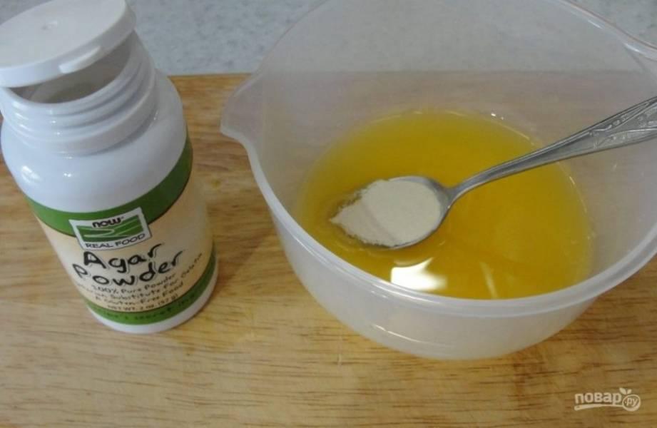 Растворяем агар-агар в апельсиновом соке и оставляем до набухания на 30 минут.