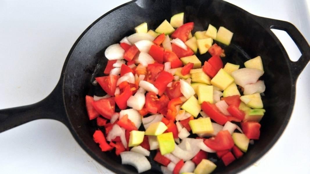 Все овощи разрежьте на маленькие кусочки. По величине одинаковые. Сковороду полейте растительным маслом и выложите овощи.