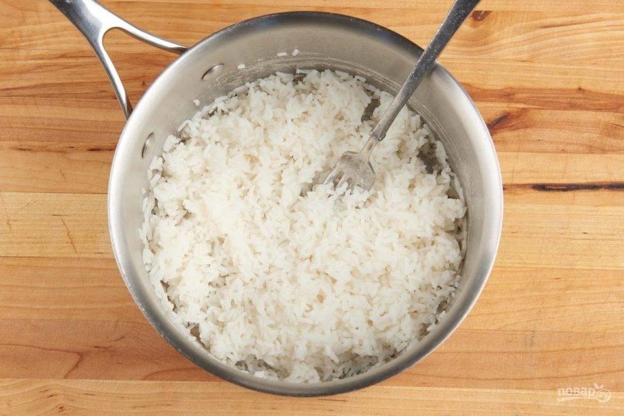 1. Сначала отварите рис в подсоленной воде до готовности.