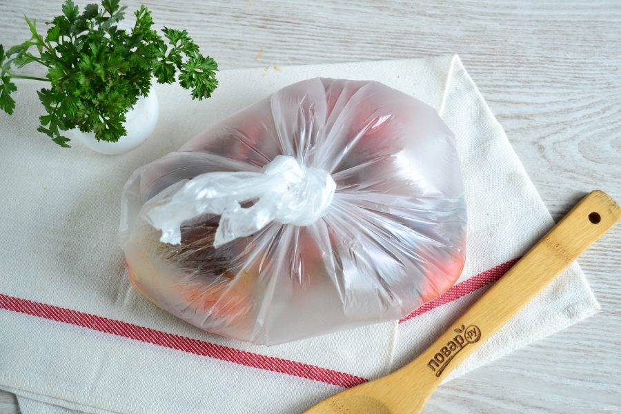 Переложите перцы в полиэтиленовый пакет, завяжите и оставьте на 10 минут. За это время перец пропотеет и из него легко снимется кожица. Снимать кожицу нужно вместе с плодоножкой, а семена убирать не нужно.