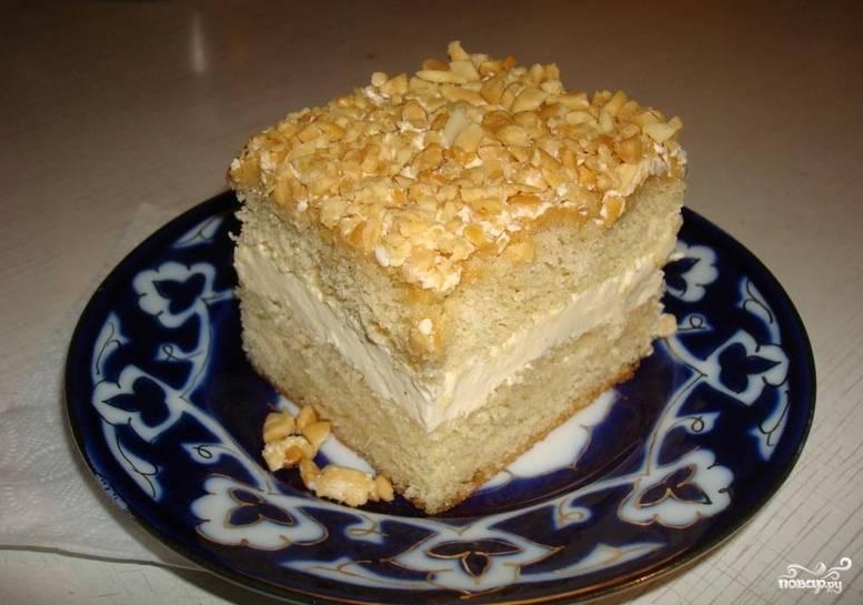 Присыпьте торт миндалем, отправьте его в холодильник на несколько часов. Приятного аппетита!