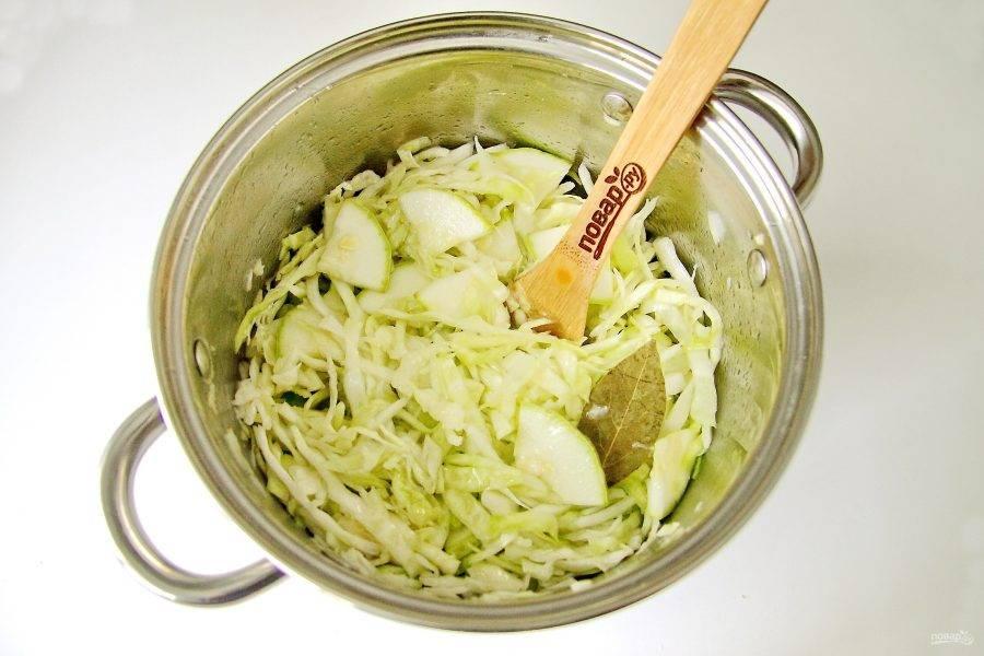 Вылейте горячий маринад в капусту с кабачками и все хорошо перемешайте ложкой. Дайте постоять пока не остынет.