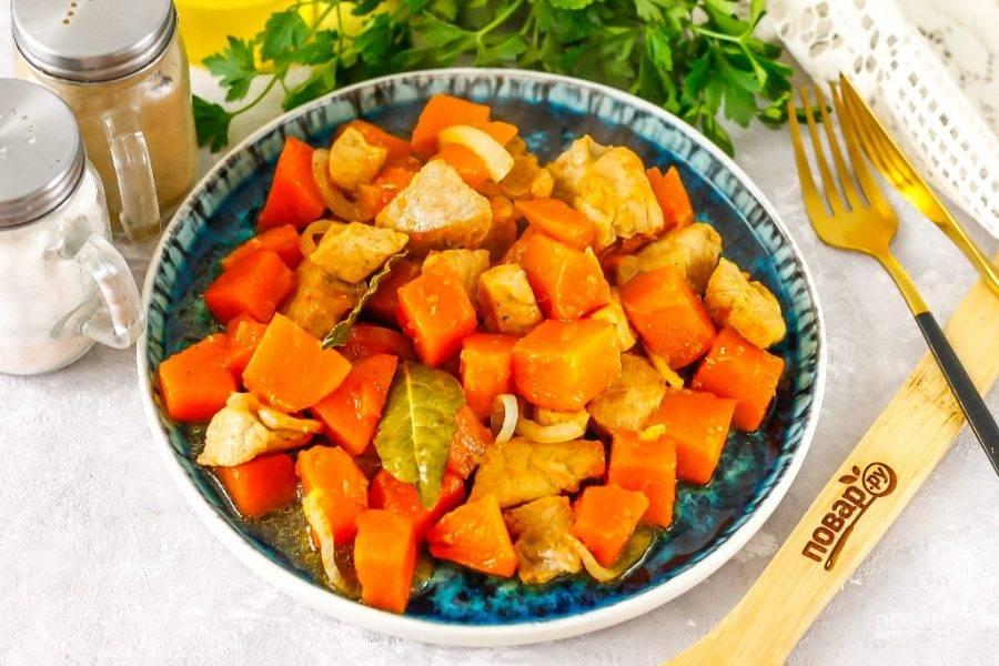 Выложите приготовленное блюдо на тарелку и подайте к столу горячим.