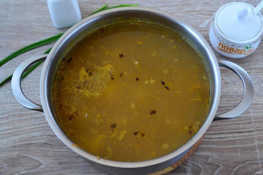 В конце попробуйте суп. Если нужно, досолите и снимите с огня, дайте ему постоять минут 5-10.