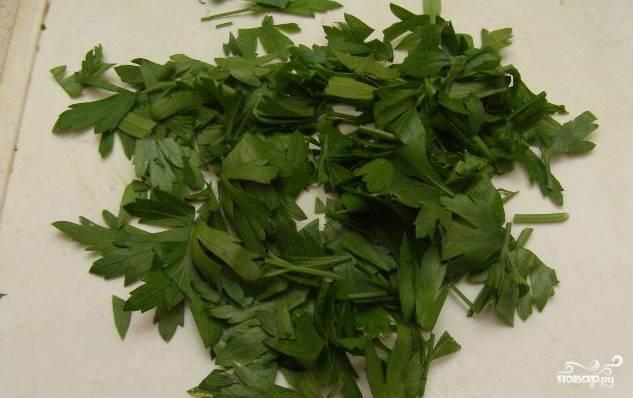 3. Подготовьте зелень. Для этого помойте зеленый лук, мелко нарежьте его. Помойте и нарубите пучок петрушки.