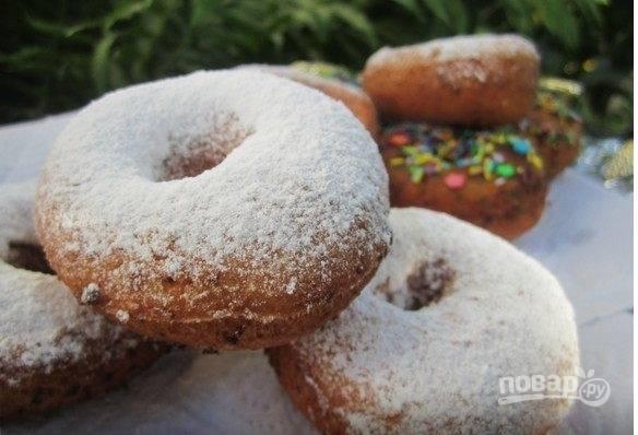 Остужаем творожные пончики и посыпаем их сахарной пудрой. Творожные пончики готовы, приятного аппетита!